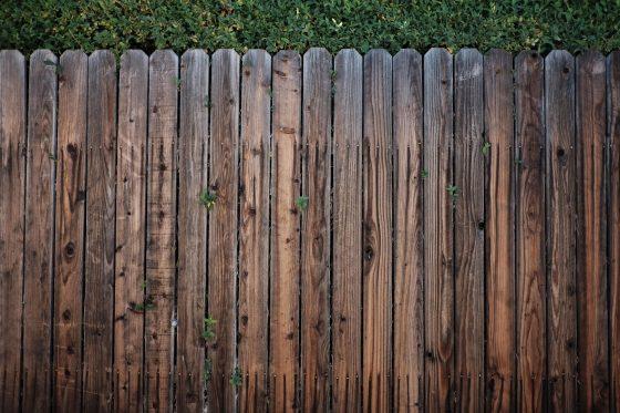 Деревянный аккуратный забор